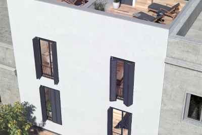 Трехэтажный танхаус с бассейном в спокойном спальном районе Барселоны